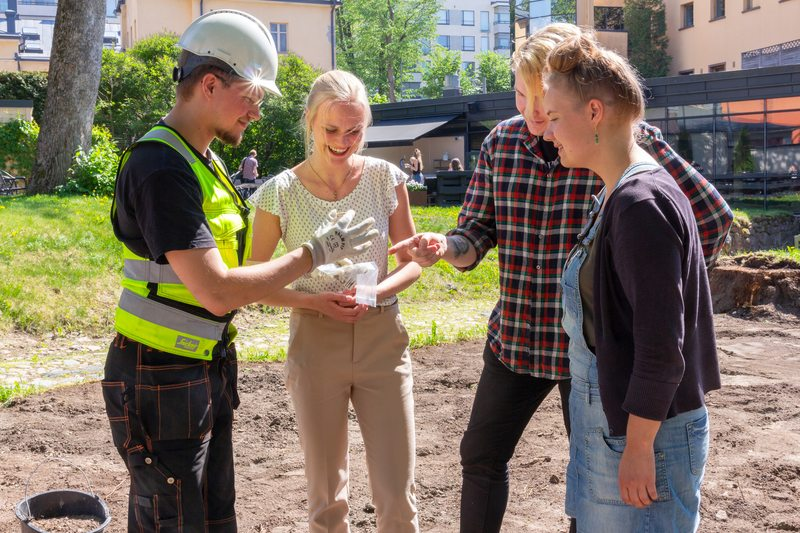 Archaeologists introduce the excavations in the garden during the Medieval Turku event from Thursday to Sunday between 1 pm and 3 pm. Photo: Jari Nieminen.