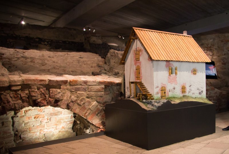 A model of a merchant's stone house located in the same spot. The ruins of the house are visible to the side and its cellar can still be entered. Photo: Aboa Vetus & Ars Nova, Jari Nieminen