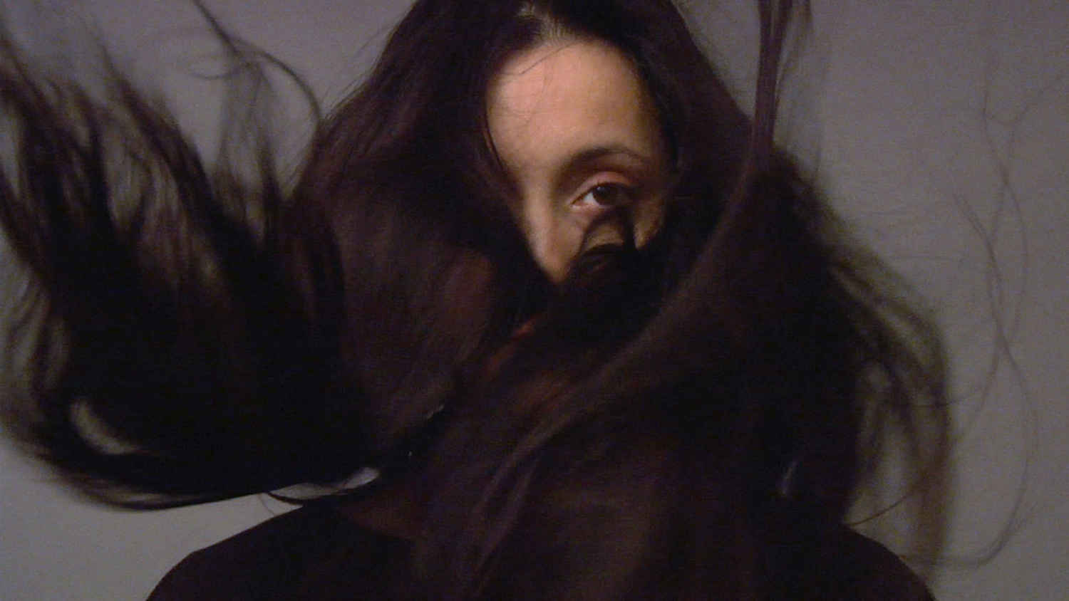 Hannu Karjalainen: stillkuva teoksesta Woman with Dark Hair, 2007 video, 9 min 50 s